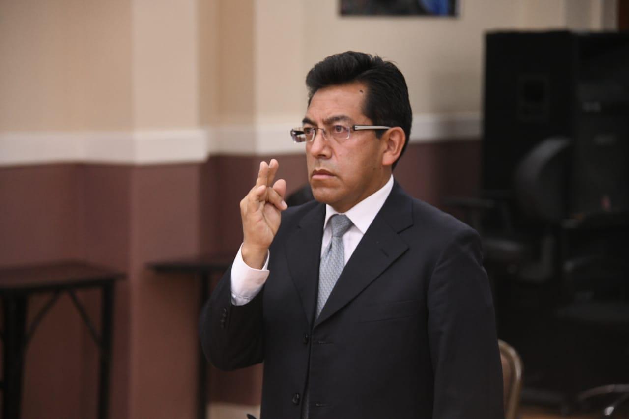 Ministro de Salud, Edgar Pozo, posesiona al nuevo Director de AISEM
